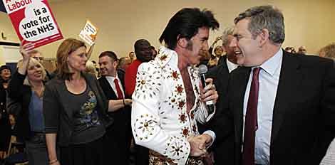 Un imitador de Elvis estrecha la mano al 'premier' Gordon Brown.   Reuters