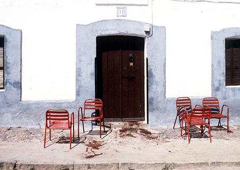 Imagen de una calle de la pedanía pacense tras la matanza en agosto de 1990.   F. González