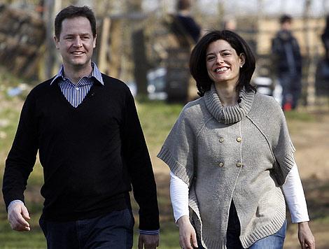 Clegg, con su mujer, Miriam González. | Reuters