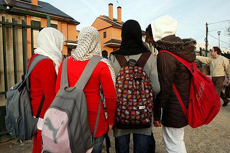 Las amigas de Nawja, la semana pasada, con el velo islámico. | D. Sinova