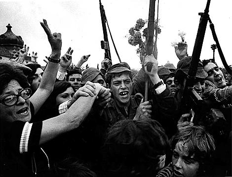 Militares y civiles, abrazados tras la Revolución de los Claveles. | Reuters
