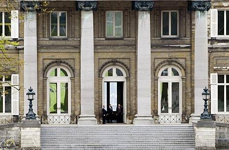 Yves Leterme deja el Palacio Real de Bruselas tras hablar con Alberto II.   Reuters