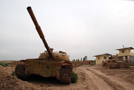 Un tanque sovietico, y al fondo un blindado estadounidense en Muqur. | M. Bernabé