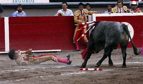 El diestro, en el suelo tras la cogida. | Reuters