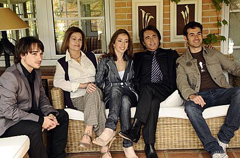 Parte del reparto de la nueva miniserie biográfica sobre Raphael. (Foto: Antena 3)