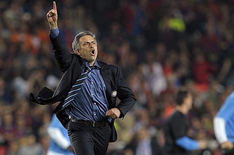 José Mourinho celebrando la victoria de su equipo ante el Barça. | Afp