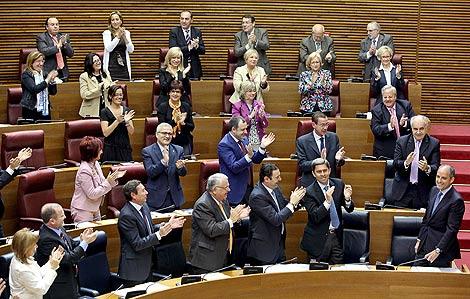 Los diputados del PP, en pie, aplauden a Camps en las Cortes Valencianas. | Efe