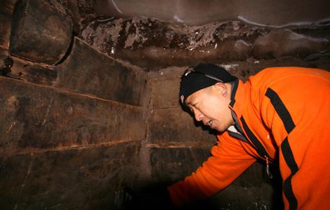 Uno de los arqueólogos chinos junto a los restos hallados en Turquía. | AFP