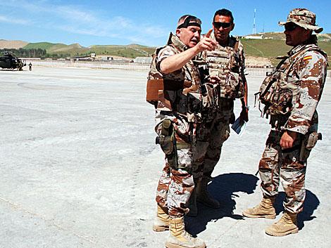 Militares españoles en el aeropuerto. | Mònica Bernabé