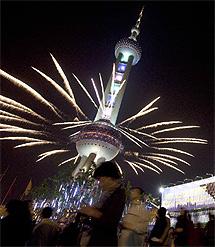 Fuegos artificiales en la torre de televisión Oriental Pearl. | Ap