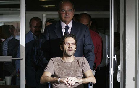 José Tomás a las puertas del hospital, seguido por su médico personal. | Efe