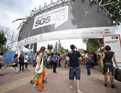 Varias personas asisten al festival Estrella de Levante SOS 4.8.   Efe