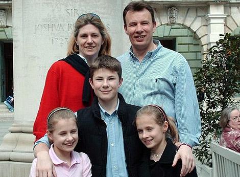 Stroud, con su marido y sus hijos.
