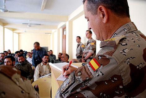 El teniente coronel de la guardia civil García Sacristán, en la clase con la policía afgana. | M. B.