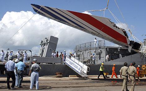 Restos del avión siniestrado recuperados durante las tareas de búsqueda. | Reuters