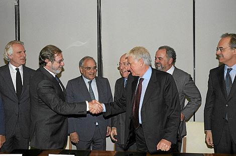 Firma del acuerdo entre Telecinco y Cuatro. | Foto: Telecinco