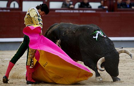 El diestro Curro Díaz da un pase con el capote a su segundo.   Efe