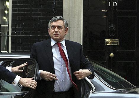 Gordon Brown llega a su residencia de Downing Street, en Londres, este viernes. | Reuters