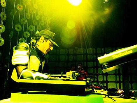 Chimo Bayo en una de sus sesiones como discjockey | E.M.