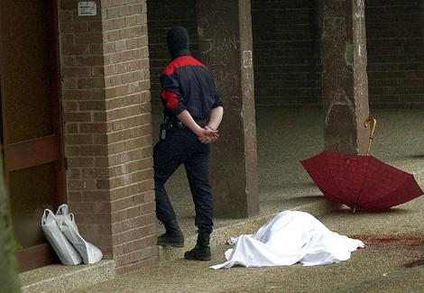 El cadáver de López de Lacalle, un paraguas rojo y dos bolsas con periódicos.   Justy