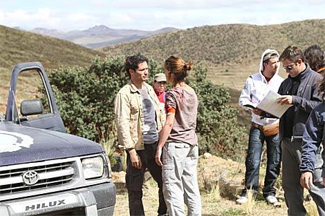 Antonio Zabálburu, en una de las escenas grabadas en Perú, mientras el director, Tano Juárez, revisa el guión. (Zoe Rodríguez)