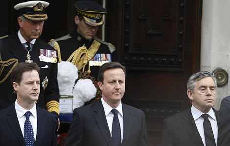 Clegg, Cameron y Brown delante de Carlos de Inglaterra, en un acto hoy en Londres. | Ap