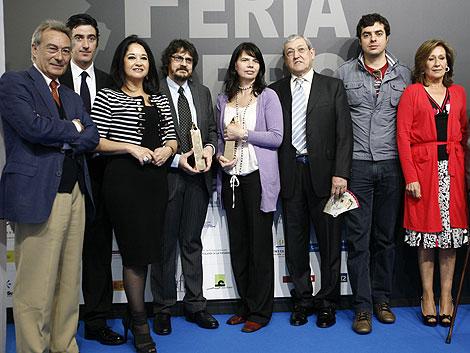 Foto de familia de los galardonados por la Fundación Lara con miembros del jurado. | E. Lobato