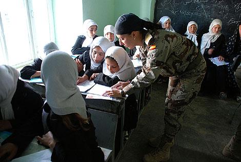 Una militar enseña español a niñas en Qala-e-now. | M. Bernabé