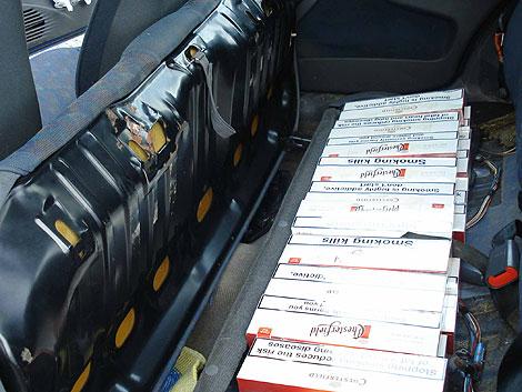 Cajas de tabaco ocultas en un doble fondo en un vehículo. | A.E.