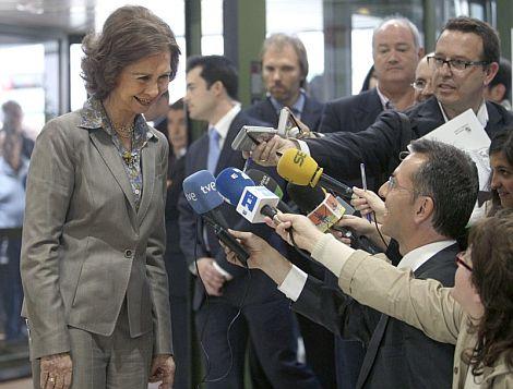La reina Sofía atiende a los medios tras visitar al Rey Juan Carlos. | Efe