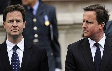 Clegg y Cameron en la conmemoración del fin de la Segunda Guerra Mundial. | AP