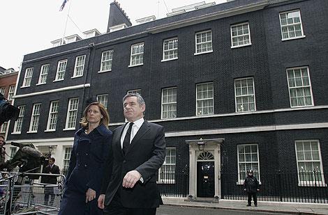 Gordon Brown y su esposa Sarah, en Downing Street. | AP