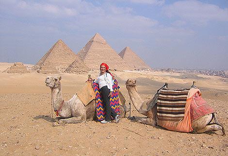Los tradicionales camellos ante las pirámides de Egipto. | Efe