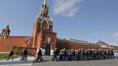 Tropas estadounidenses desfilan por la Plaza Roja.   Reuters