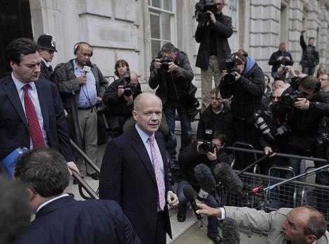El negociador 'tory' William Hague comparece este domingo ante los medios. | AP
