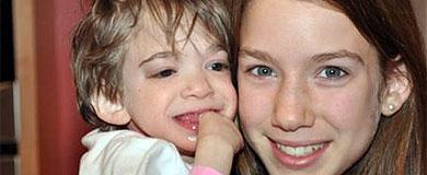 Brooke, con 16 años, (izq.) en brazos de su hermana, de 13. | Sunday Times