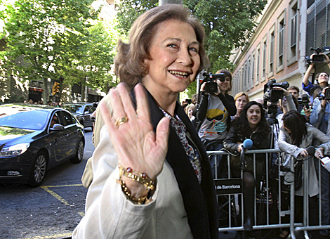 La Reina, este lunes, a la entrada del Hospital Clínic de Barcelona.   Efe