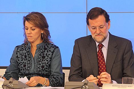 Mª Dolores de Cospedal y Mariano Rajoy, con semblante serio, en la reunión de Génova. | J. Aymá
