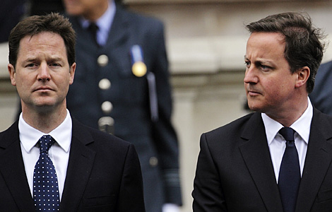 Clegg (izda.) y Cameron, este sábado. | AP