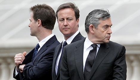 Brown (d), con Clegg (i) y Cameron (c), el pasado sábado. | Getty Images