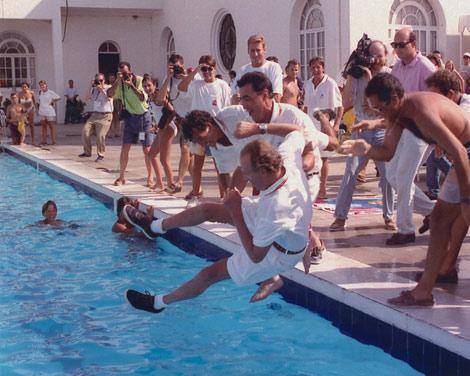 El Rey, lanzado por Campos a la piscina del RCNP tras ganar la Copa del Rey de 1993. | Efe