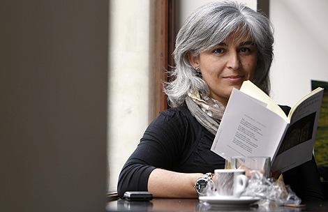 Montserrat Villar posa con su poemario. | E. Carrascal