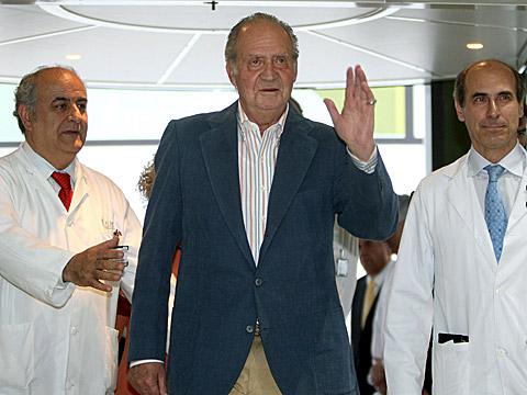 Don Juan Carlos se dirige a la prensa al abandonar el Clínic de Barcelona. | Efe
