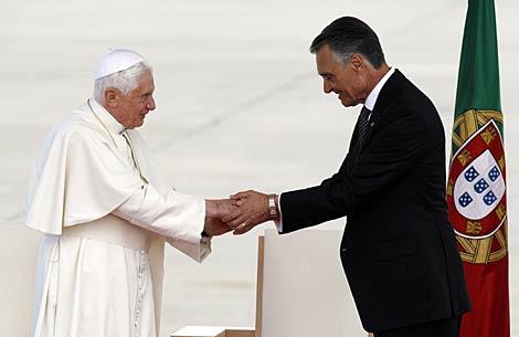 El papa Benedicto XVI con el presidente portugués, Anibal Cavaco Silva. | Reuters