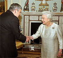 Brown saluda a la Reina Isabel II. | Afp