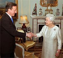 Cameron saluda a la Reina Isabel II. | Ap