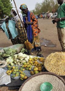 En los mercados hay comida. | Afp