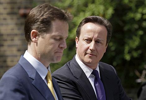 Cameron mira a Clegg durante su primera rueda de prensa conjunta.   Reuters