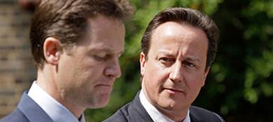 Cameron mira a Clegg en su primera rueda de prensa. | Reuters