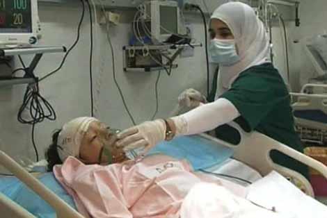 El pequeño holandés, cuidado por una enfermera libia. | Ap